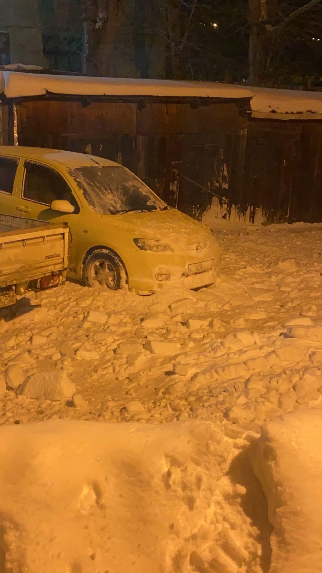 Фото Сошедший с крыши снег заблокировал выход из дома на улице Лобова в Новосибирске 3