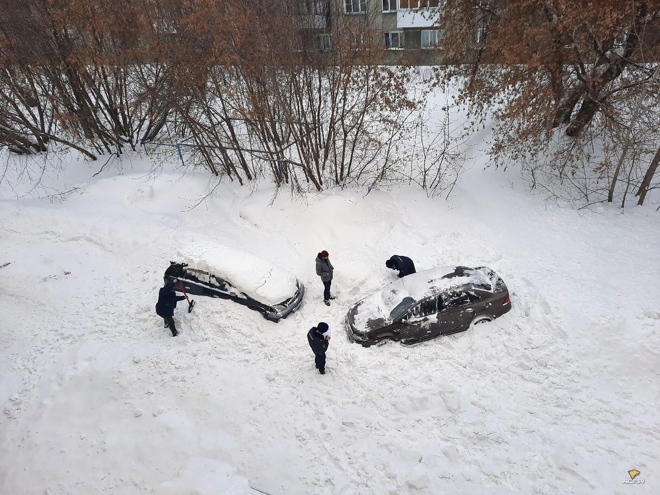 фото Упавшая с крыши дома лавина снега повредила два автомобиля в Новосибирске 2