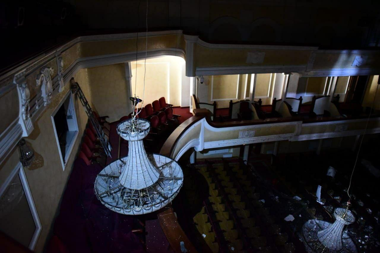 Фото Люстры рухнули на ложи бенуара и балкон: опубликовано шокирующее фото после пожара в Томском театре юного зрителя 2
