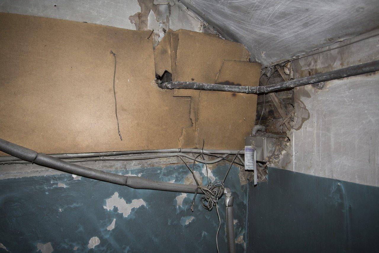 Фото «Потолки обвалились, залило всю мебель»: одинокая пенсионерка из Новосибирска показала свою квартиру после затопления кипятком 21