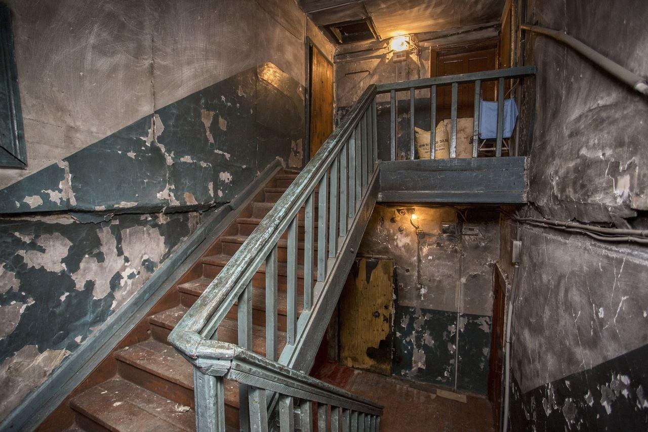 Фото «Потолки обвалились, залило всю мебель»: одинокая пенсионерка из Новосибирска показала свою квартиру после затопления кипятком 22