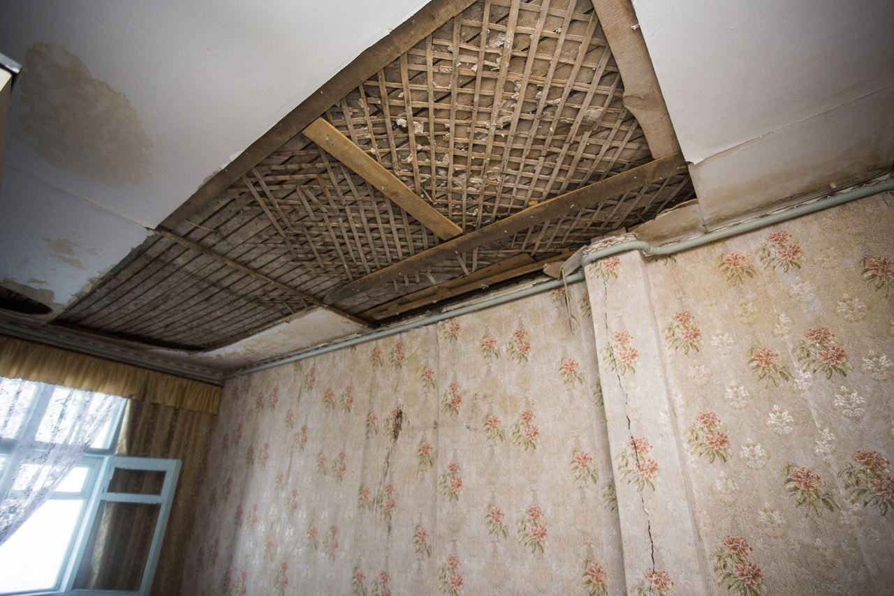 Фото «Потолки обвалились, залило всю мебель»: одинокая пенсионерка из Новосибирска показала свою квартиру после затопления кипятком 4