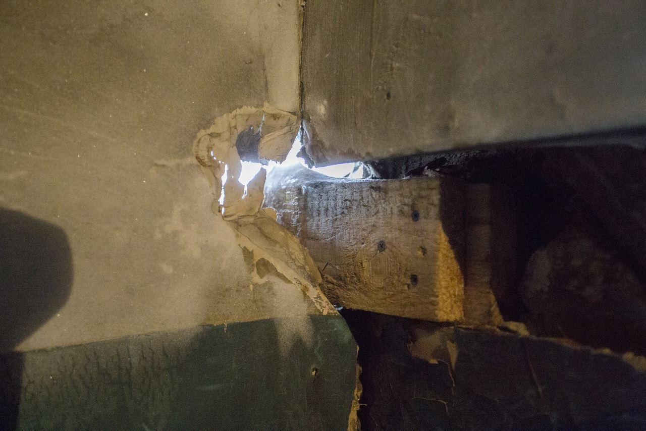 Фото «Потолки обвалились, залило всю мебель»: одинокая пенсионерка из Новосибирска показала свою квартиру после затопления кипятком 10