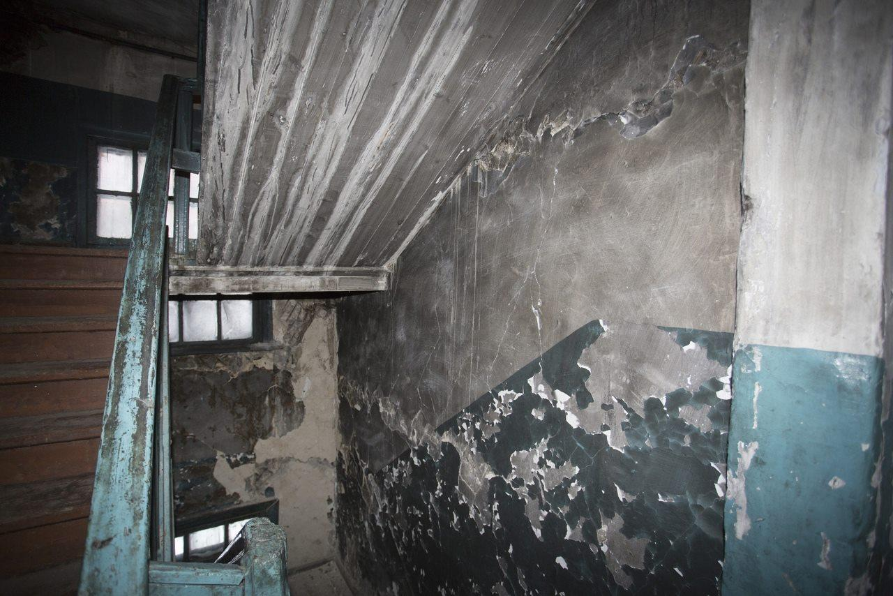 Фото «Потолки обвалились, залило всю мебель»: одинокая пенсионерка из Новосибирска показала свою квартиру после затопления кипятком 8