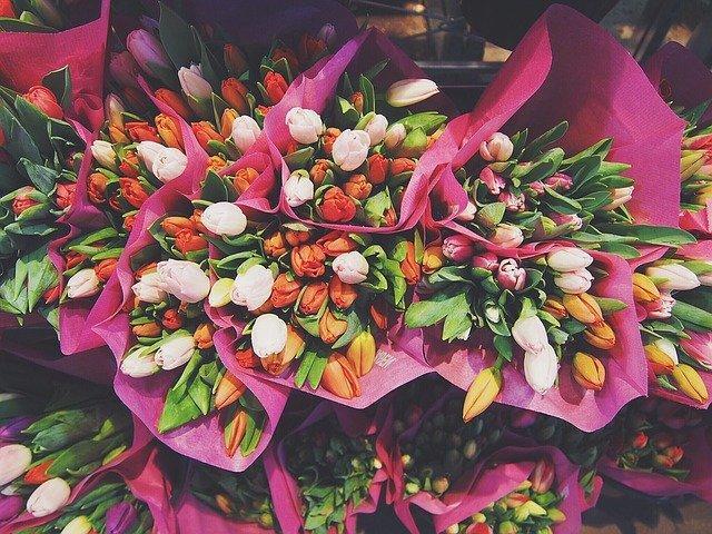 фото «Разочаруюсь, если вручат цветы»: что хотят получить жительницы Новосибирска на 8 марта 4