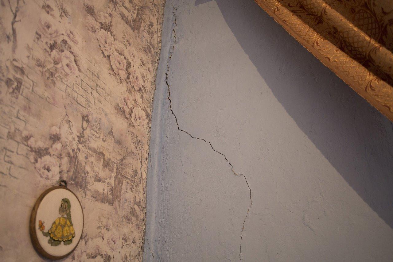 Фото «Потолки обвалились, залило всю мебель»: одинокая пенсионерка из Новосибирска показала свою квартиру после затопления кипятком 6