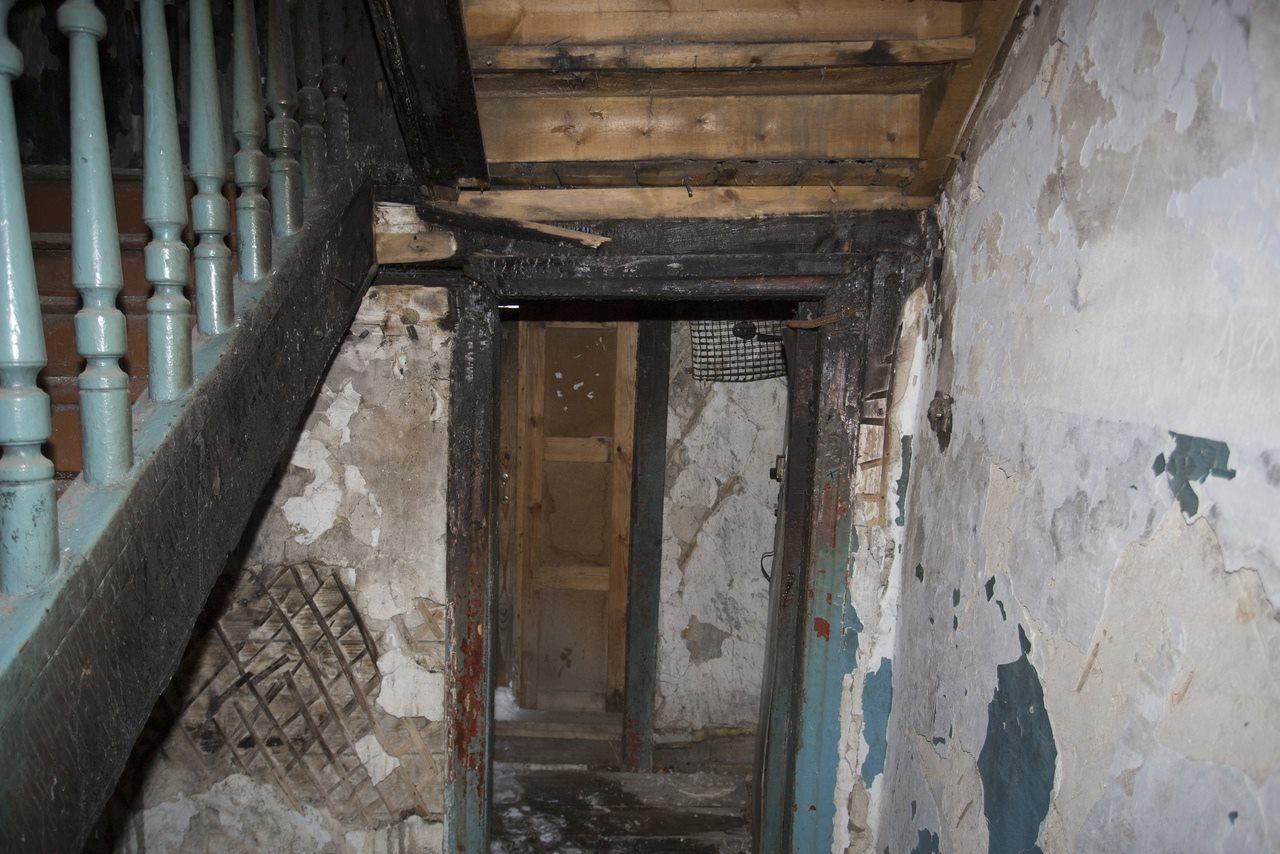 Фото «Потолки обвалились, залило всю мебель»: одинокая пенсионерка из Новосибирска показала свою квартиру после затопления кипятком 7