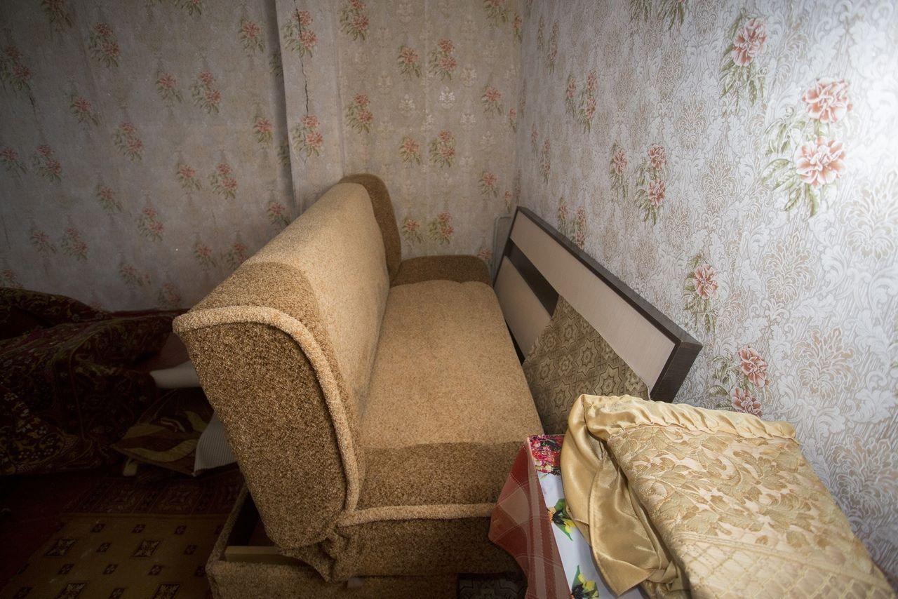 Фото «Потолки обвалились, залило всю мебель»: одинокая пенсионерка из Новосибирска показала свою квартиру после затопления кипятком 12