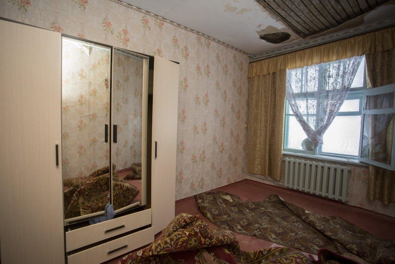 Фото «Потолки обвалились, залило всю мебель»: одинокая пенсионерка из Новосибирска показала свою квартиру после затопления кипятком 16