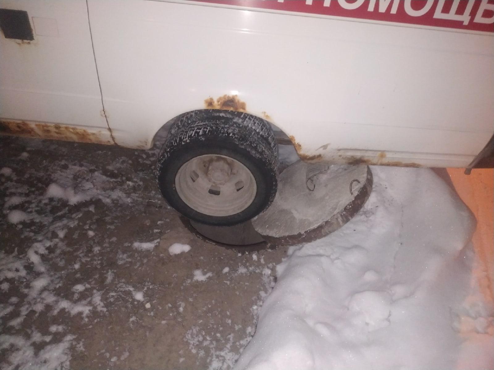 фото Скорая провалилась в канализационный колодец в Новосибирске 2