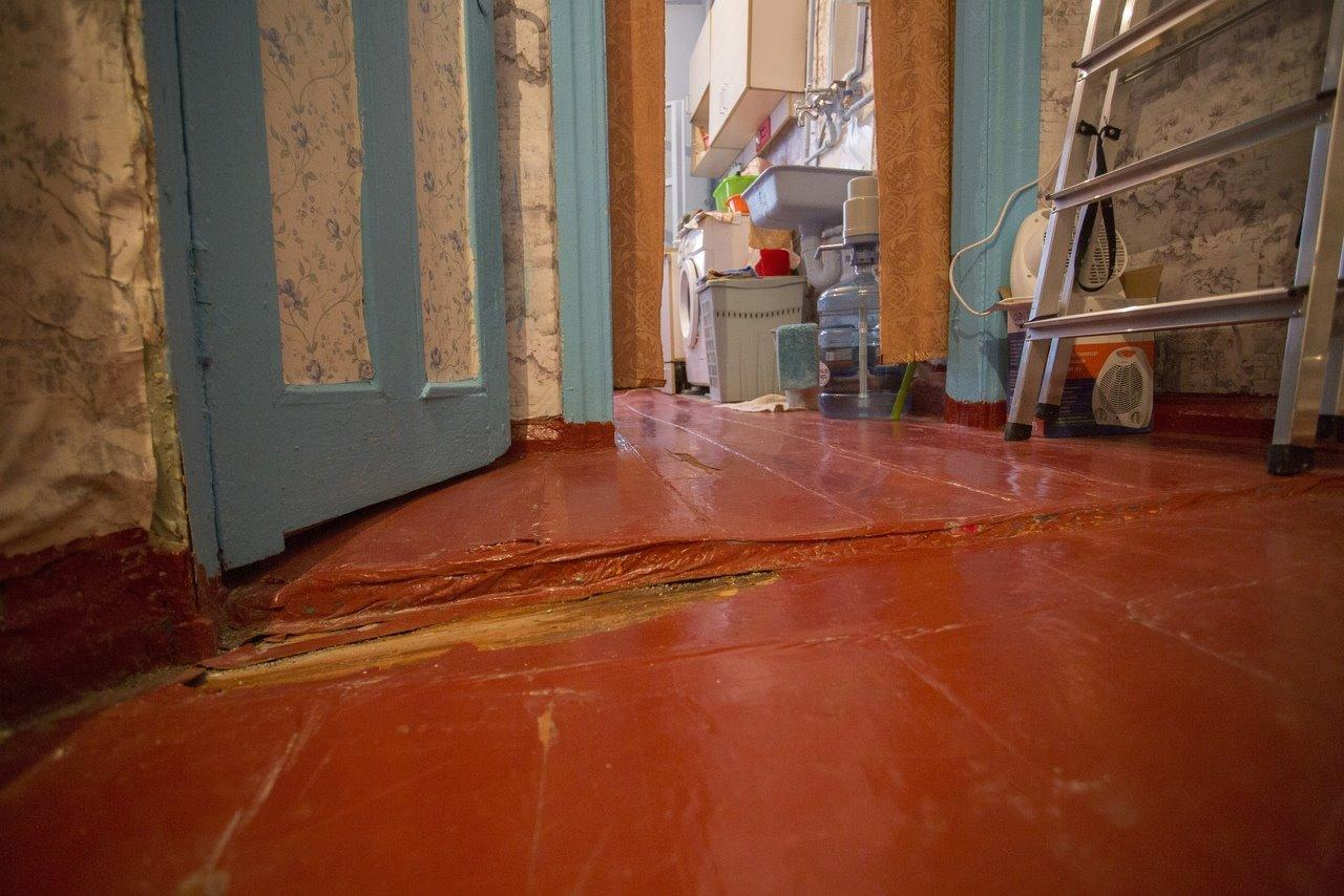 Фото «Потолки обвалились, залило всю мебель»: одинокая пенсионерка из Новосибирска показала свою квартиру после затопления кипятком 17