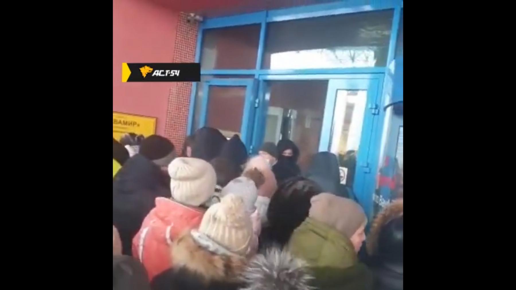 фото Штурм и оборона аквапарка в Новосибирске: чем закончился первый скандал января 2