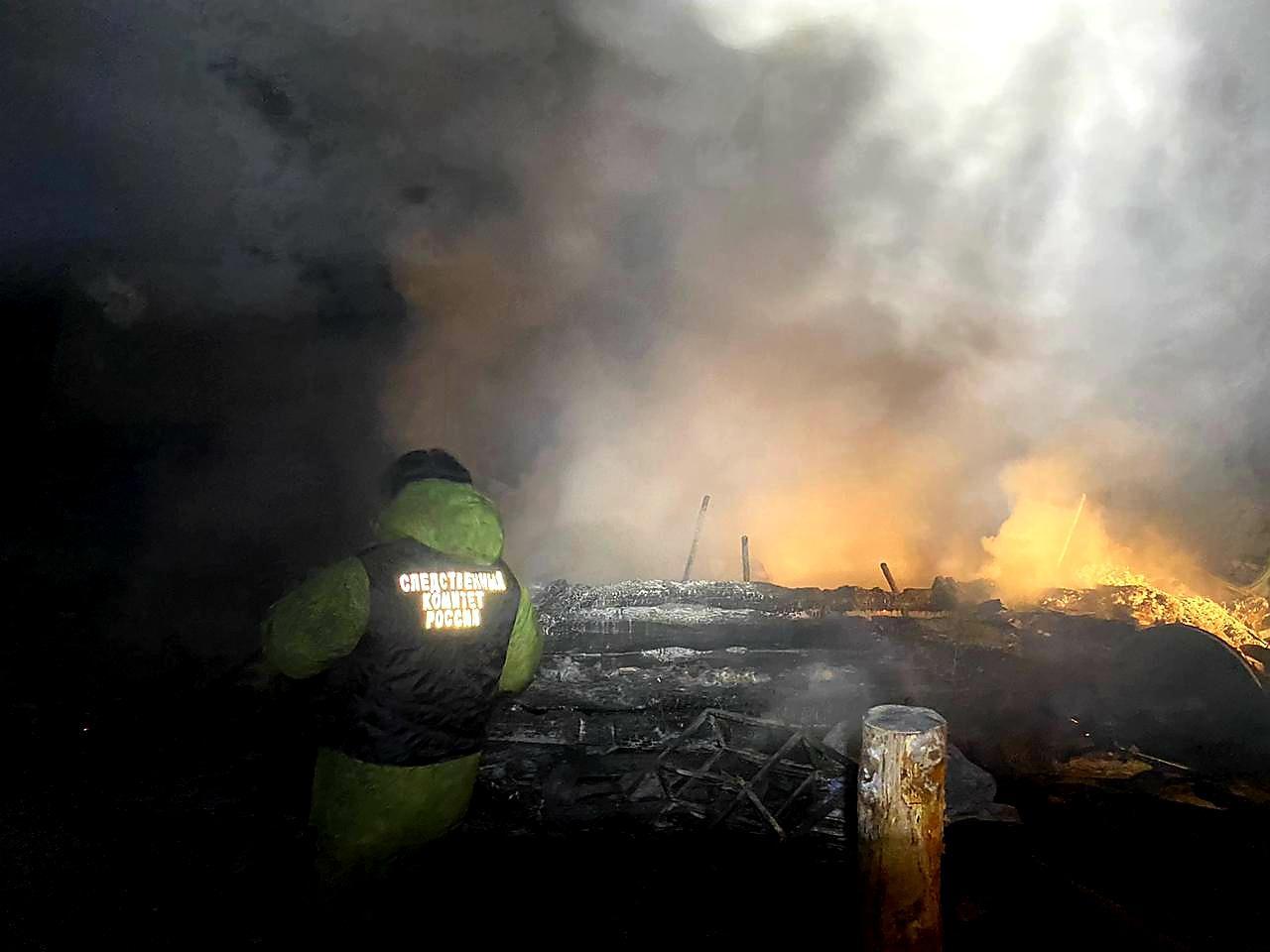 фото Двое детей сгорели, оставшись в доме без взрослых в Якутии 2