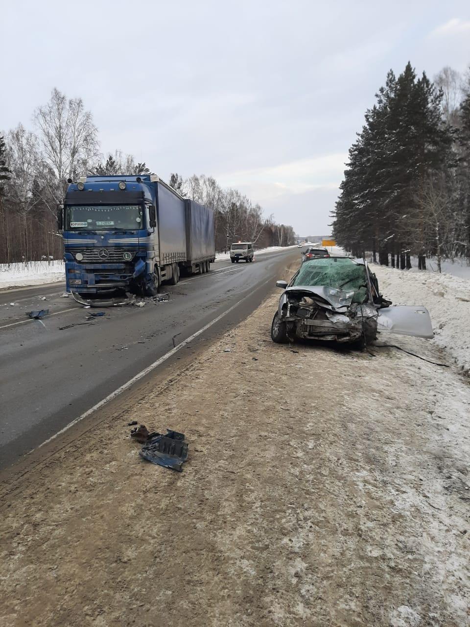 фото Разбились насмерть: появились фото жуткой аварии с участием фуры под Новосибирском 3