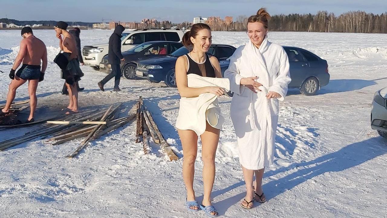 Фото Томичи в обход действующего запрета устроили крещенские купания на озере Боярском и похвалились этим в Сети 3