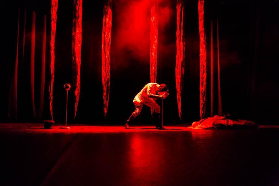 Фото Дьявол стоит за спиной: Новосибирская филармония представила моноспектакль не для слабонервных «Фауст. Ритуал» 5