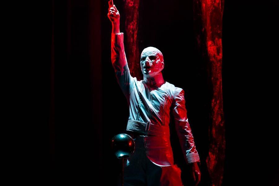 Фото Дьявол стоит за спиной: Новосибирская филармония представила моноспектакль не для слабонервных «Фауст. Ритуал» 4