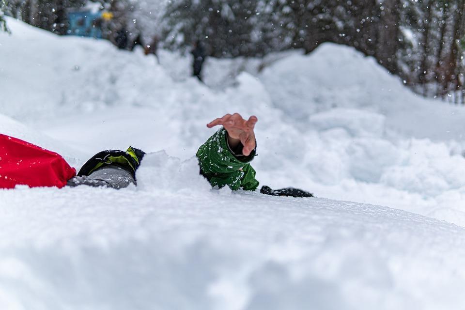 фото Зимние забавы, которые закончились трагедиями: жуткие истории гибели детей и взрослых при катании с горок 2