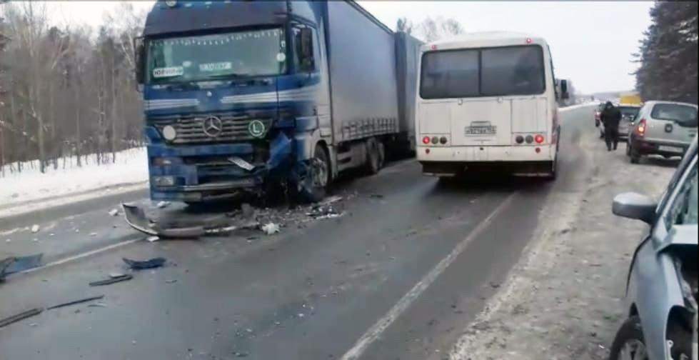 фото Разбились насмерть: появились фото жуткой аварии с участием фуры под Новосибирском 5