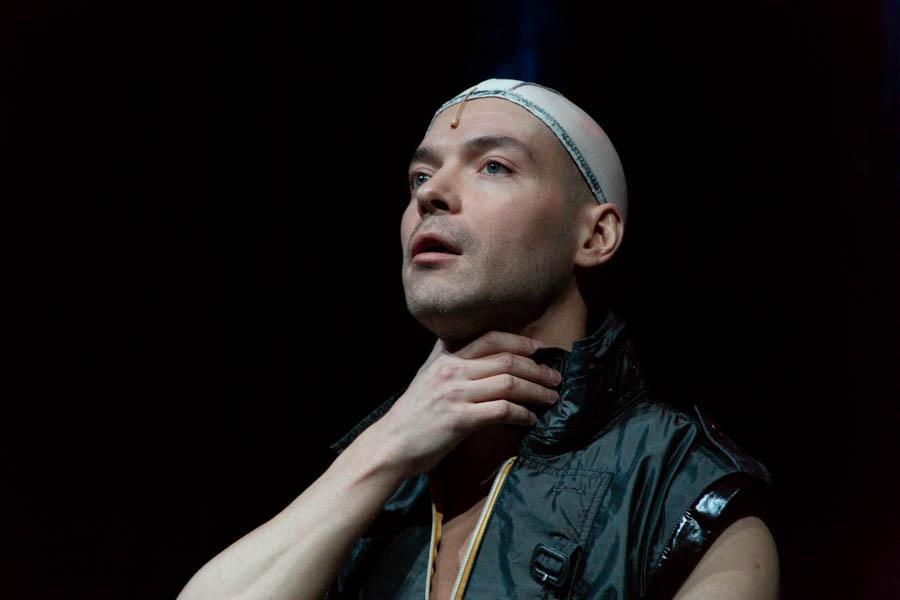 Фото Дьявол стоит за спиной: Новосибирская филармония представила моноспектакль не для слабонервных «Фауст. Ритуал» 3