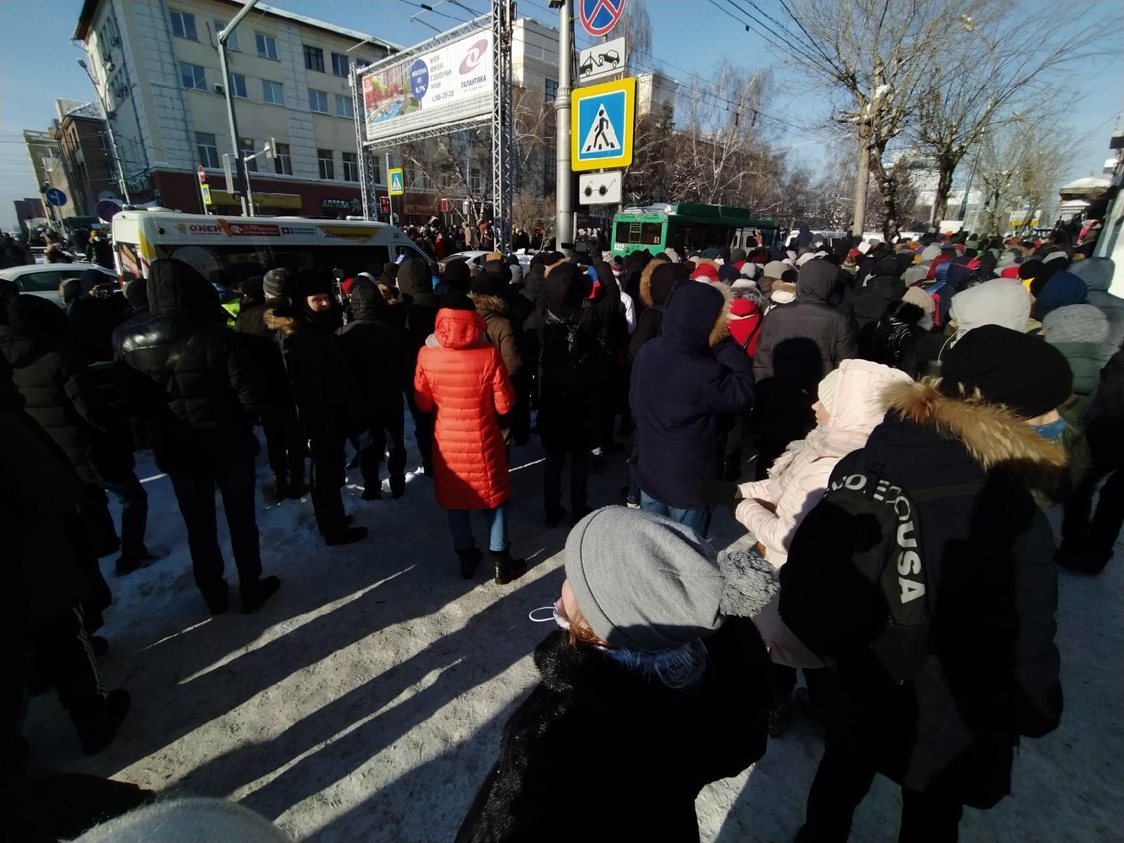 фото Участники незаконной акции в центре Новосибирска перекрыли Красный проспект 2