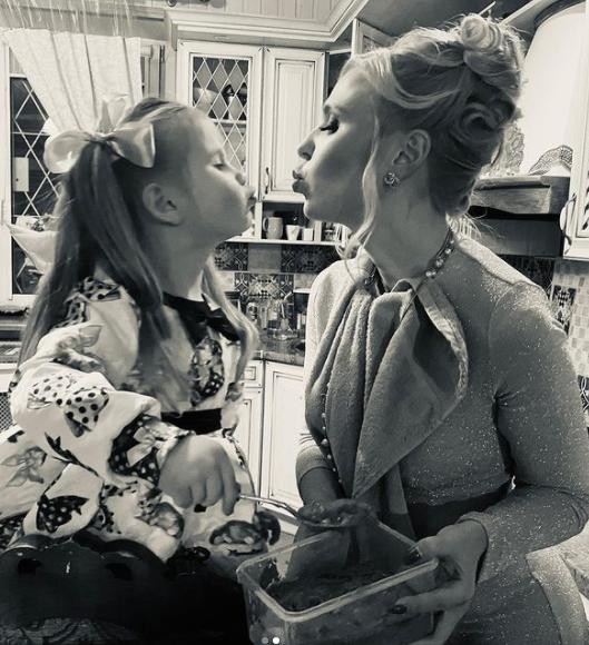 Фото «Самые любимые девочки»: Пелагея растрогала подписчиков фотографиями с домашнего Нового года 2