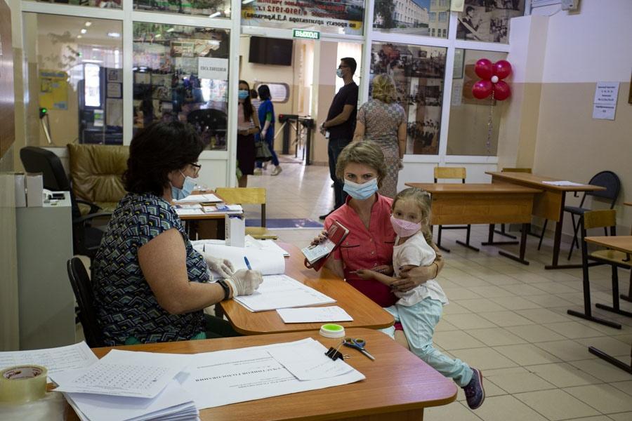 фото В Новосибирске открылись избирательные участки: люди идут голосовать по Конституции 2