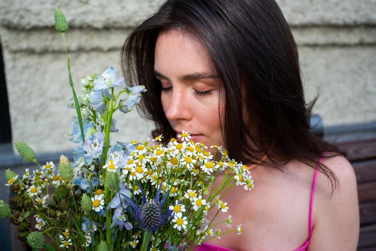 Фото «Запомнит женщина явно не пионы, подаренные в сезон пионов»: флорист из Новосибирска – о моде на полевые цветы и букеты без повода 5