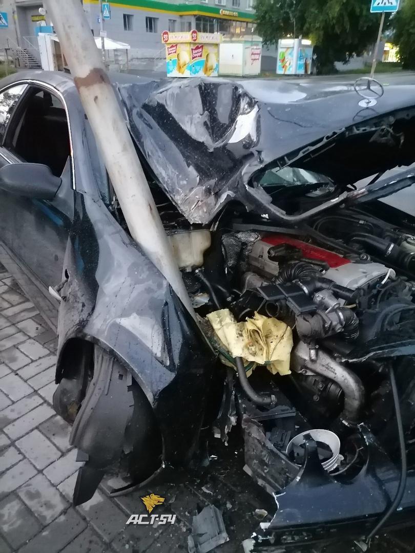 фото В Новосибирске Mercedes врезался в столб из-за внезапно появившегося пешехода 3