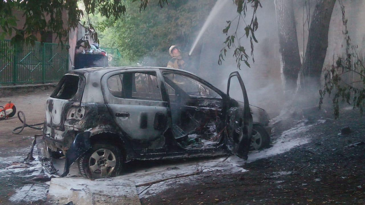 Фото В Новосибирске сгорели два легковых автомобиля 3