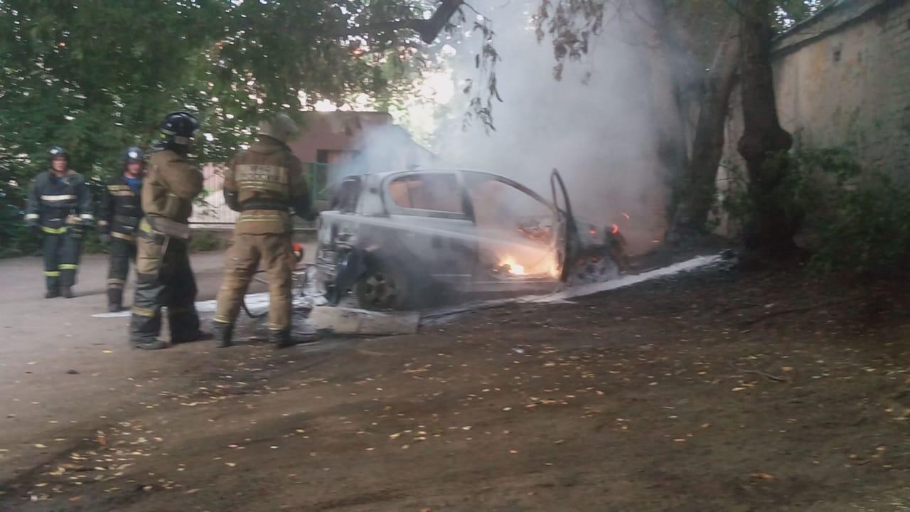 Фото В Новосибирске сгорели два легковых автомобиля 2