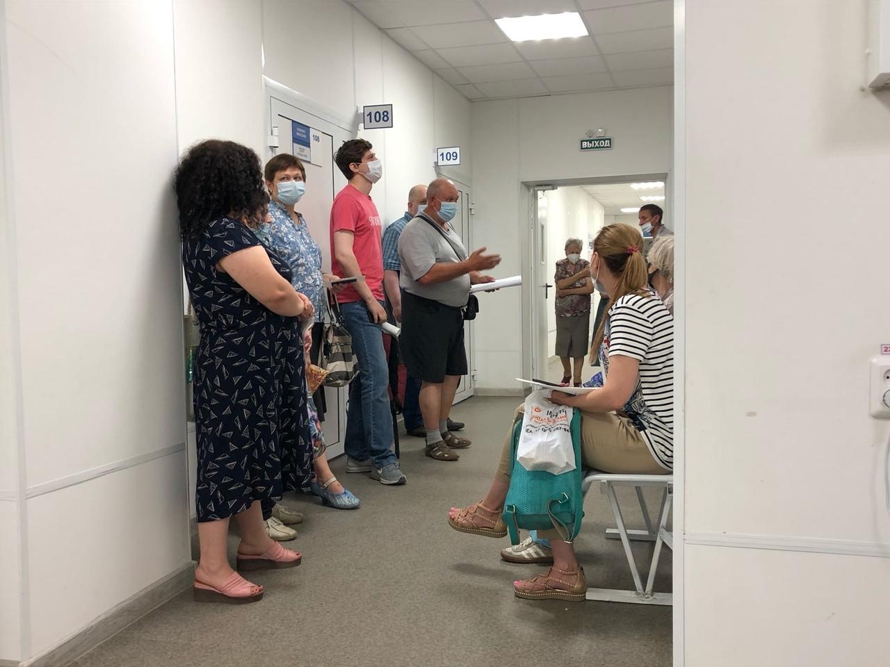 фото «Ужасная ситуация, никакие талончики не работают!»: что происходит в очередях на вакцинацию от COVID-19 в Новосибирске 5