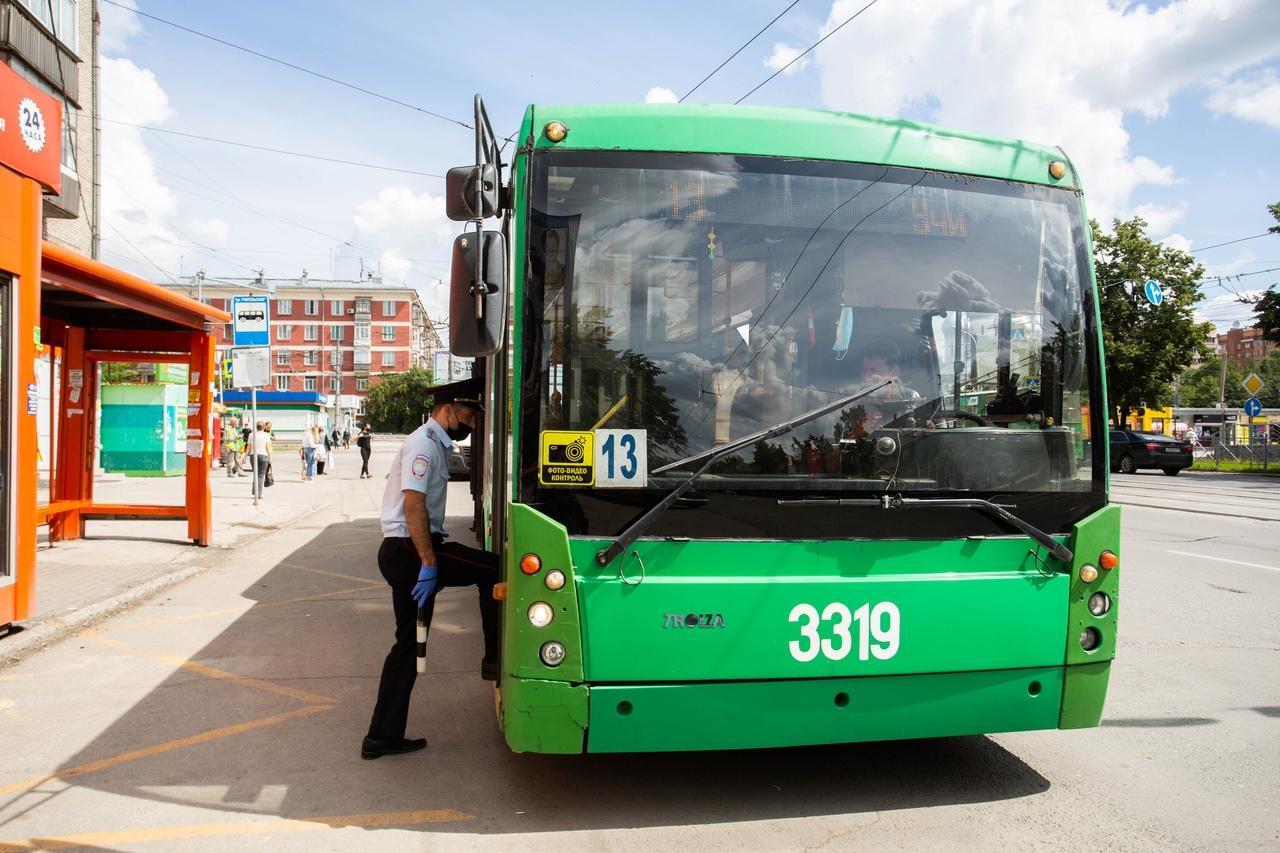 фото В Новосибирске ГИБДД штрафует водителей за открытые двери и лишних пассажиров 2