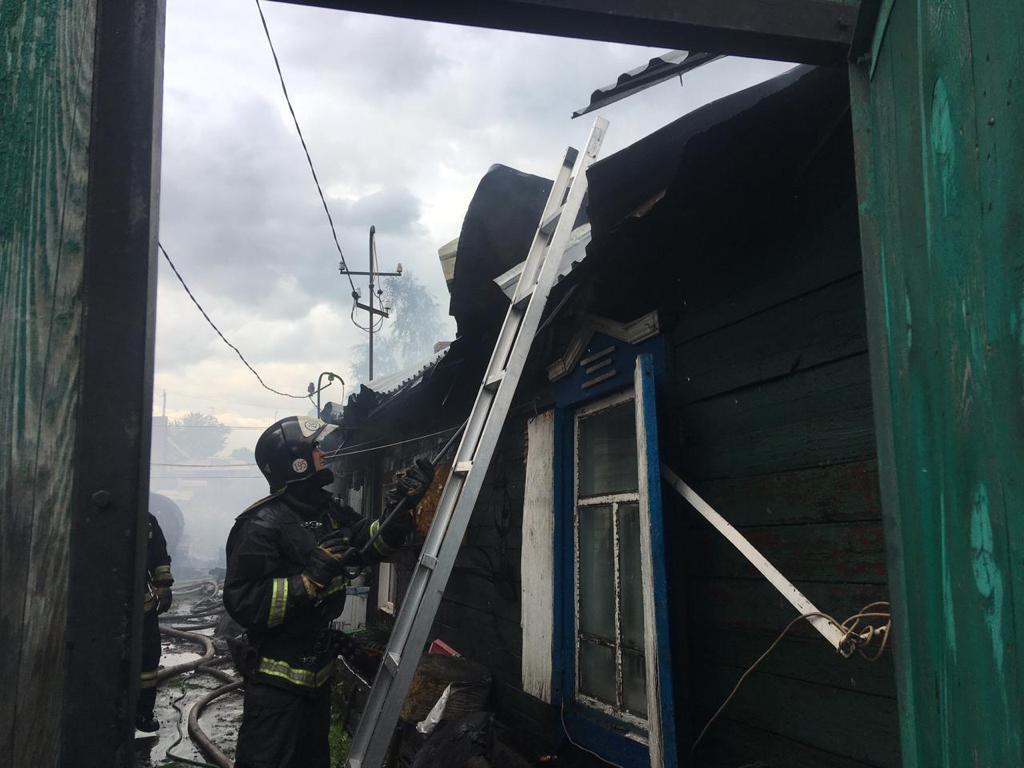 фото Пожар в домах у магистрального газопровода не могли потушить больше получаса из-за урагана в Новосибирске 2