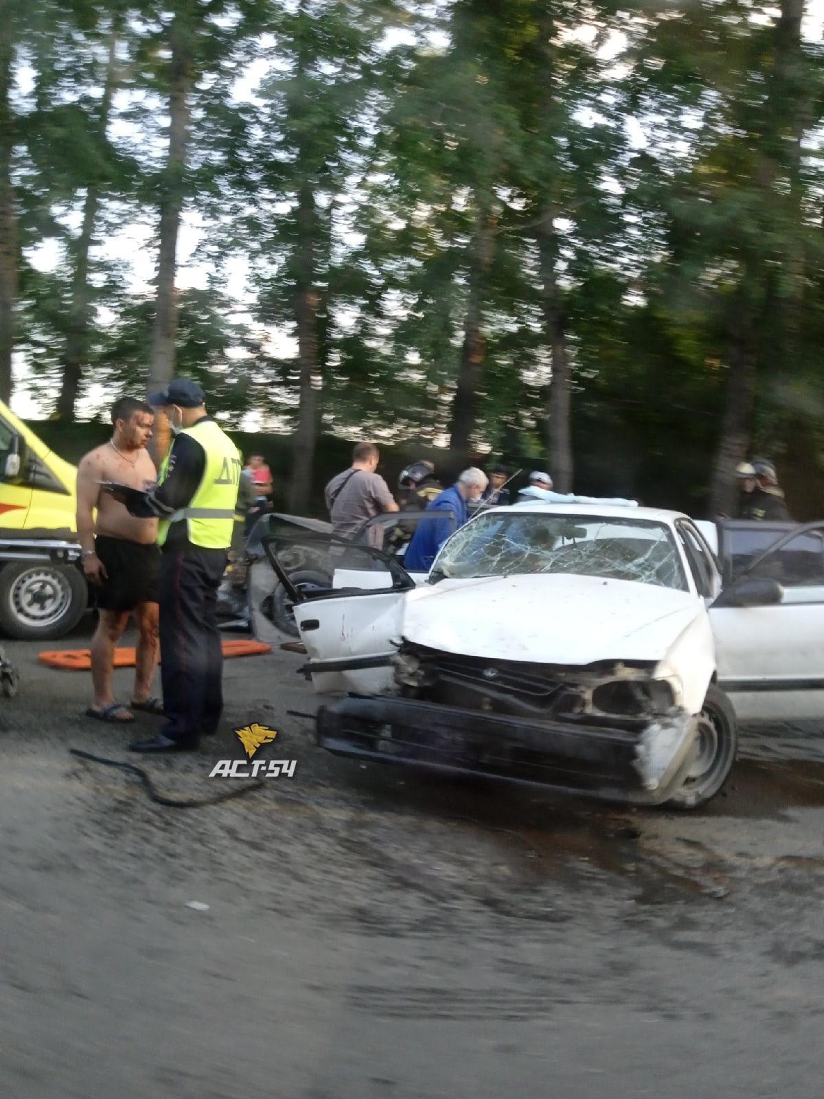 фото Жёсткое ДТП с пострадавшими произошло на улице Петухова в Новосибирске 2