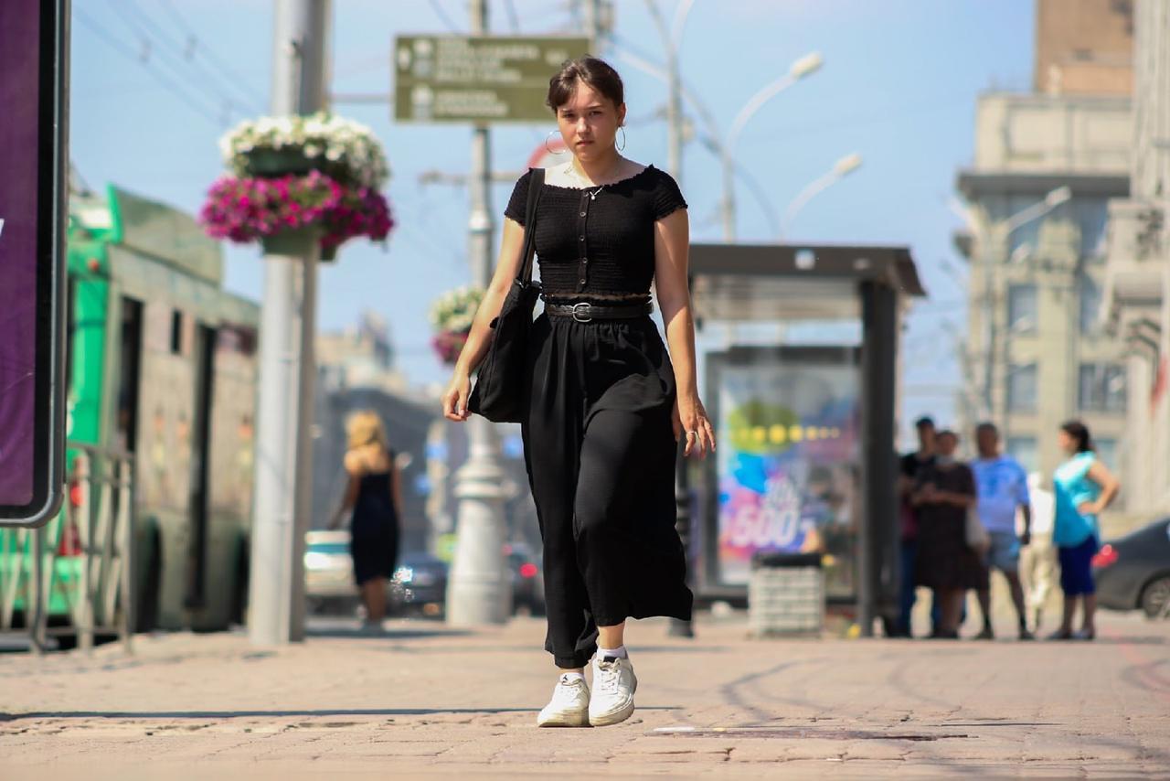 Фото Люди в чёрном: почему в 30-градусную жару новосибирцы носят тёмные вещи 6
