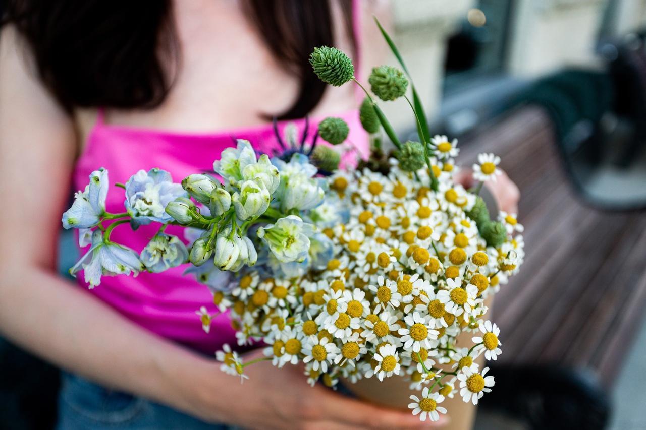 Фото «Запомнит женщина явно не пионы, подаренные в сезон пионов»: флорист из Новосибирска – о моде на полевые цветы и букеты без повода 4