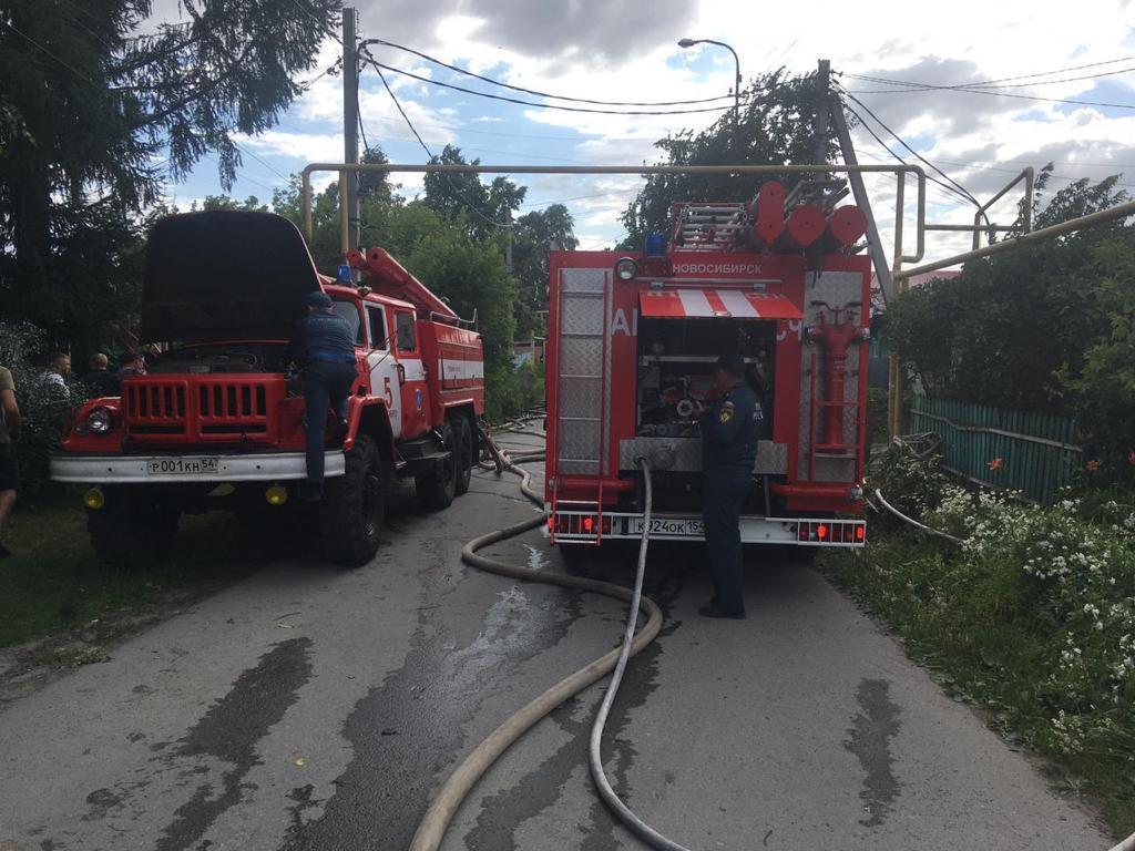 фото Пожар в домах у магистрального газопровода не могли потушить больше получаса из-за урагана в Новосибирске 3