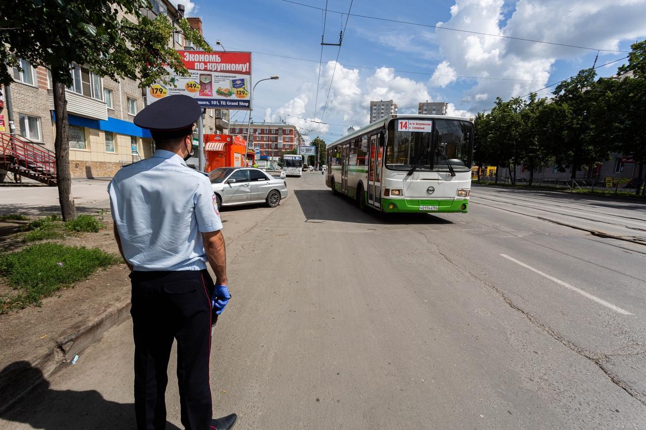 фото В Новосибирске ГИБДД штрафует водителей за открытые двери и лишних пассажиров 4