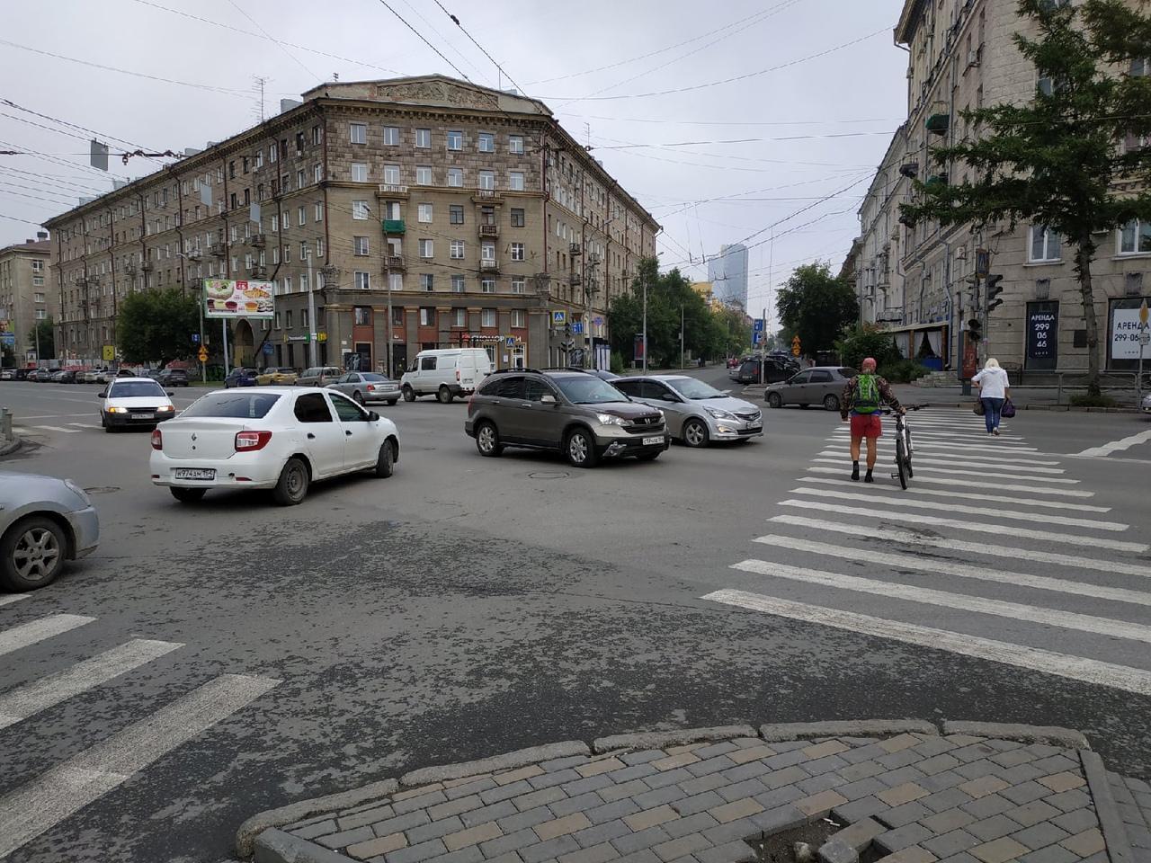 фото В центре Новосибирска четвёртый день не работает светофор 2