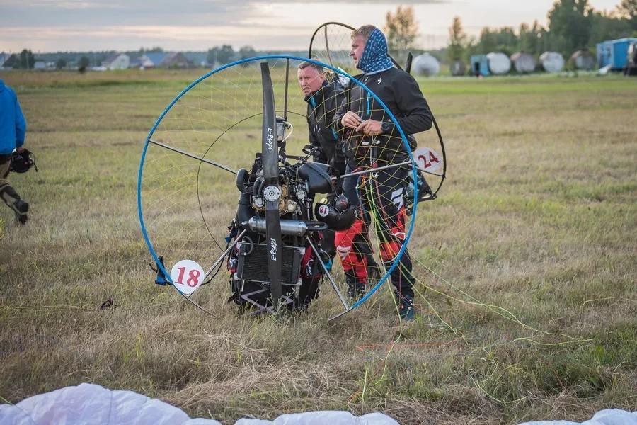 Фото «Погода хорошая, а летать не дают»: как проходит Всероссийский чемпионат сверхлёгкой авиации под Новосибирском 17