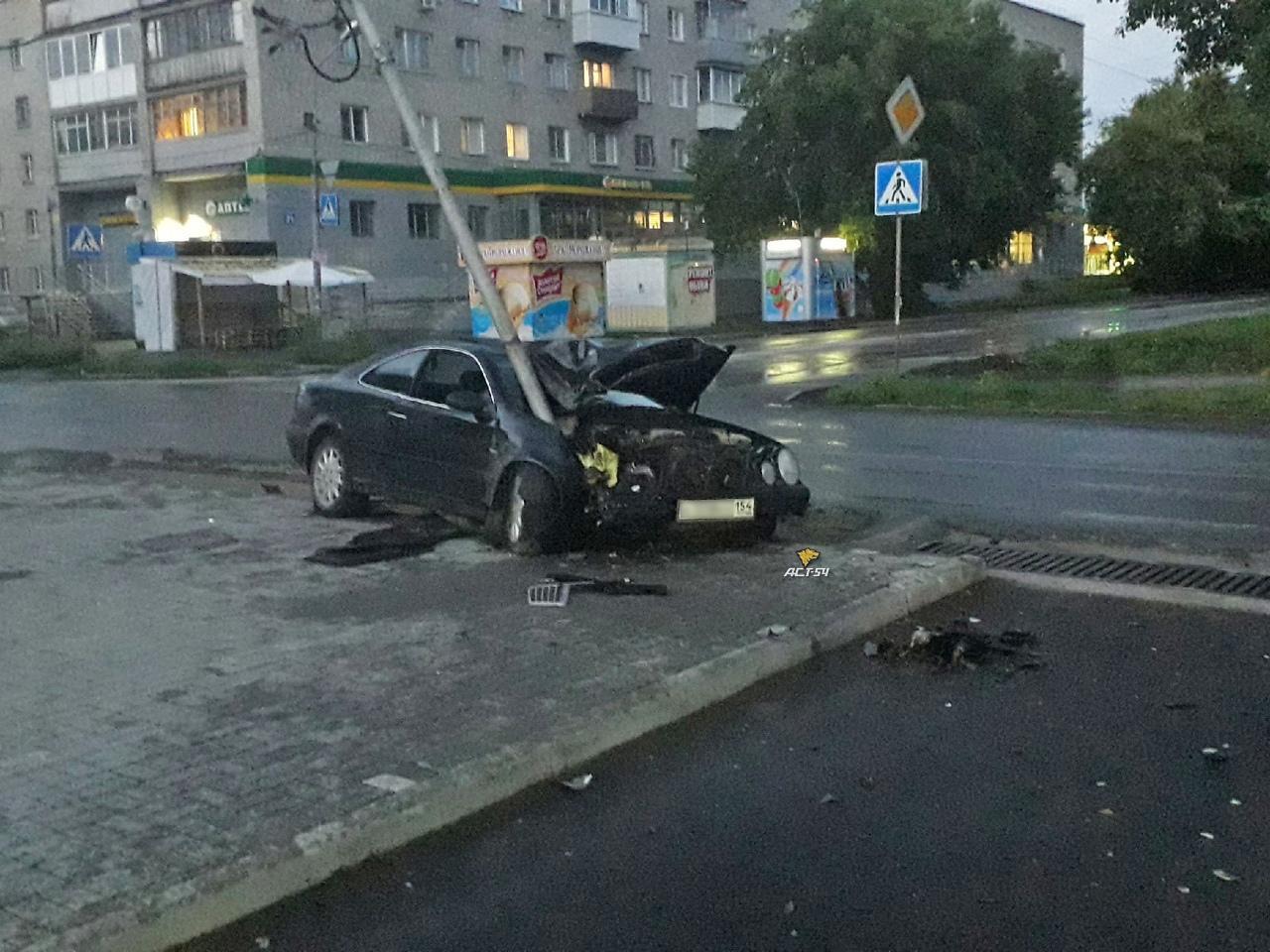 фото В Новосибирске Mercedes врезался в столб из-за внезапно появившегося пешехода 2