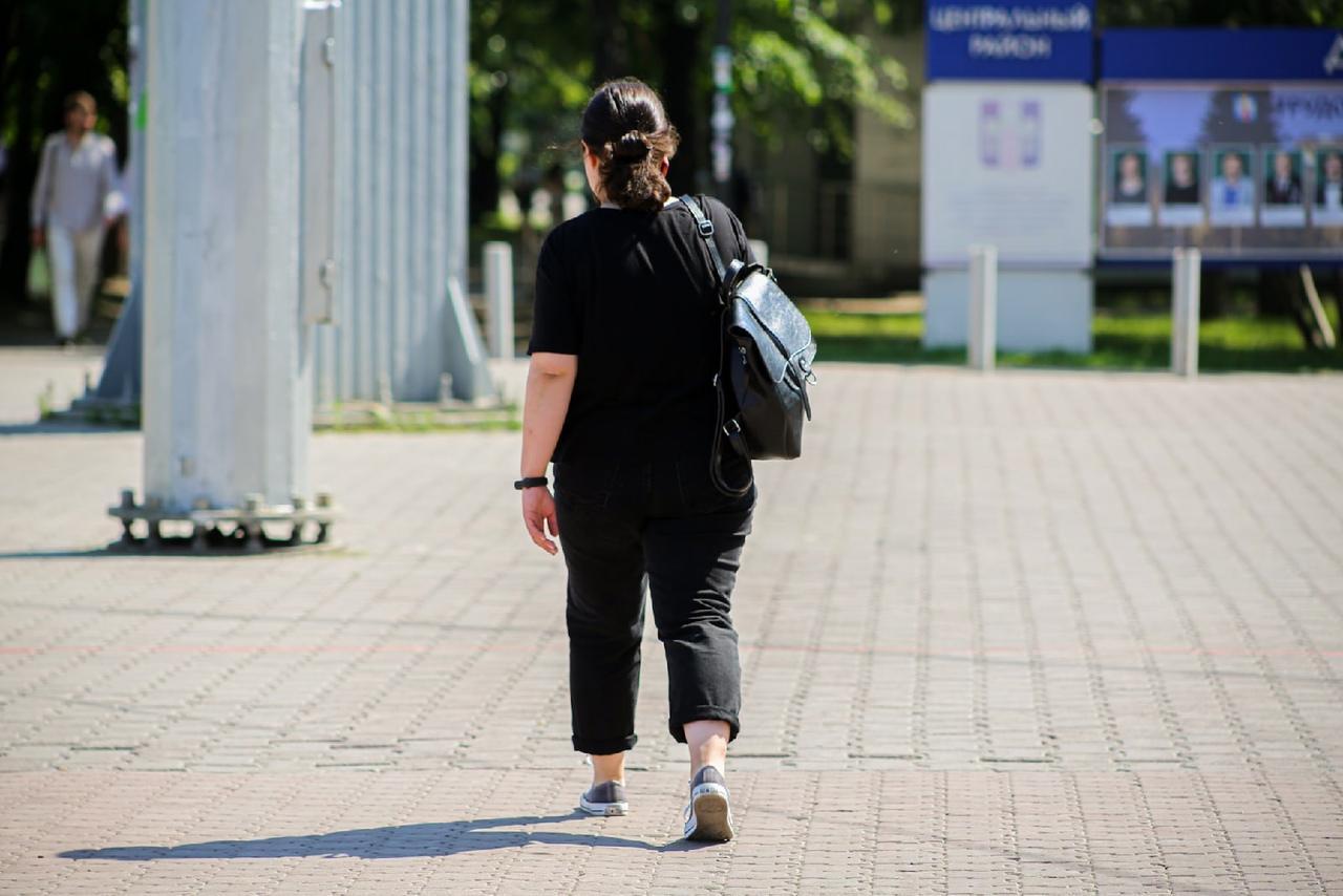 Фото Люди в чёрном: почему в 30-градусную жару новосибирцы носят тёмные вещи 4
