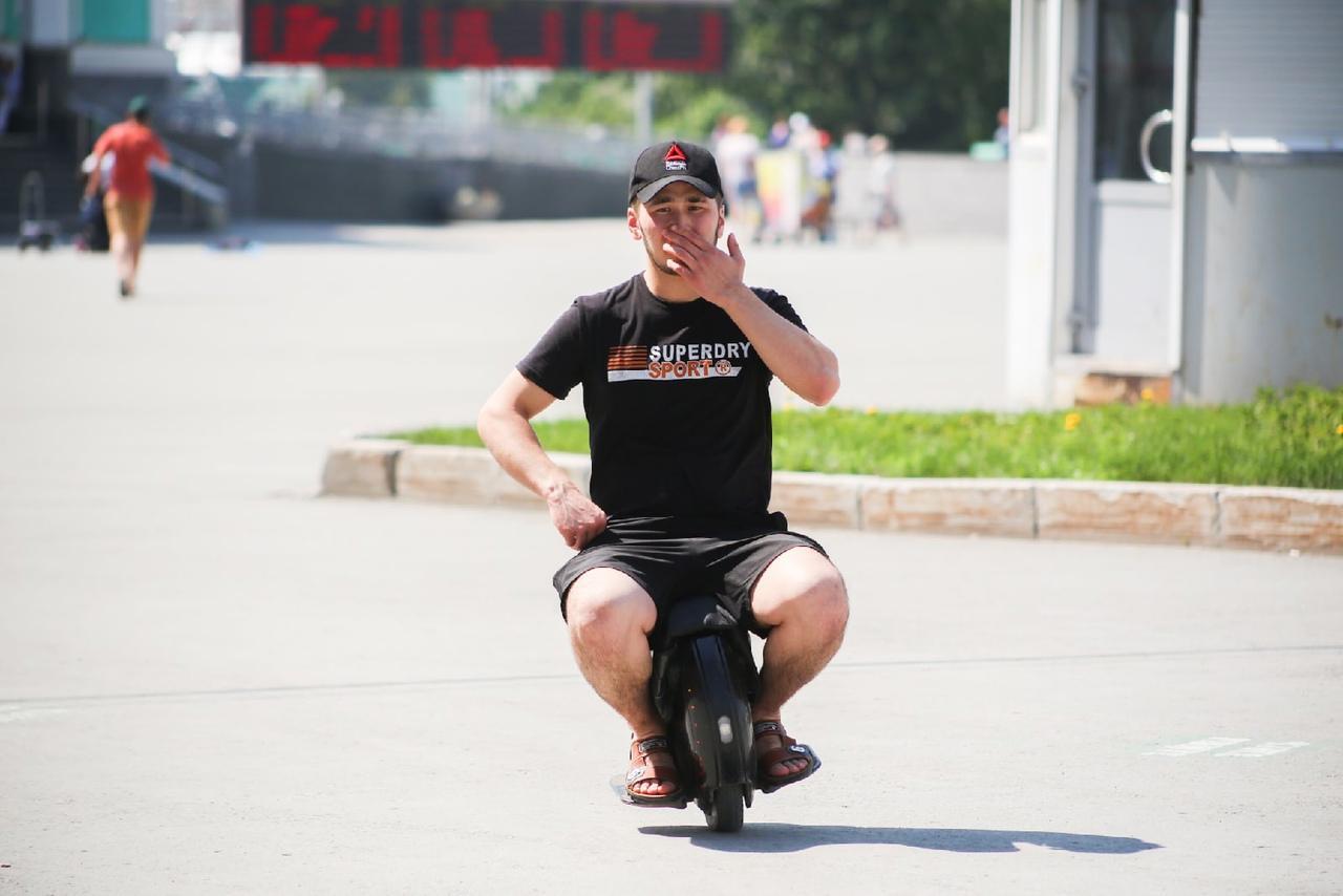 Фото Люди в чёрном: почему в 30-градусную жару новосибирцы носят тёмные вещи 5