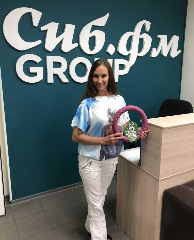 фото Винчестер-Ранго забрал свой приз в конкурсе «Главный пёсик Новосибирска» и забавляется с новой игрушкой 2