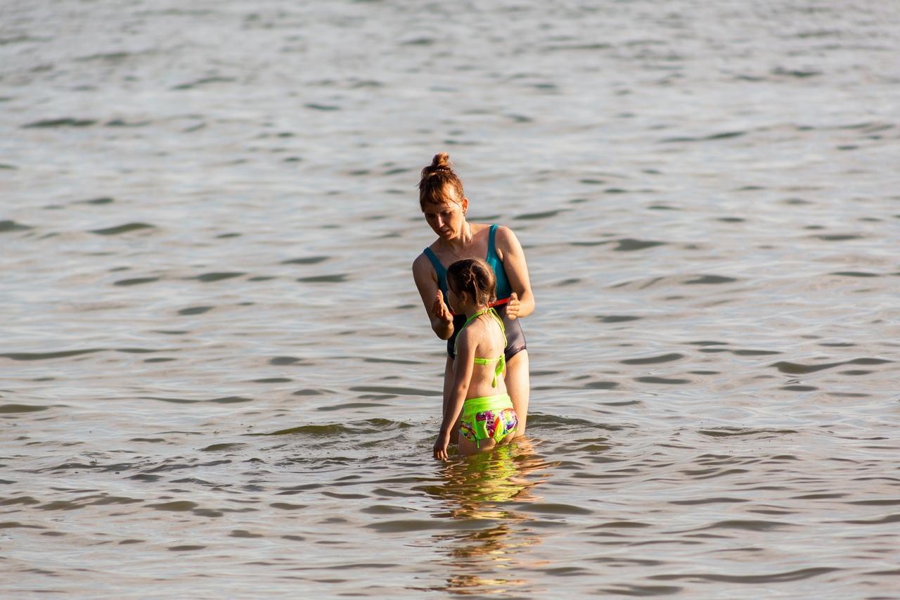 Фото «Грязная вода? Ну и что?!»: жители Новосибирска проигнорировали запрет на купание в Обском море из-за нечистот 3