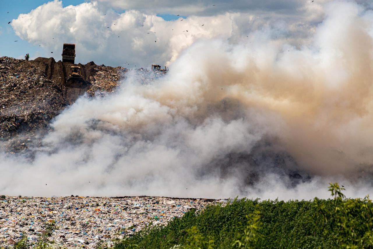 фото «Даже позавтракать не смогла, так тошнило»: горящая Хилокская свалка продолжает травить новосибирцев 3