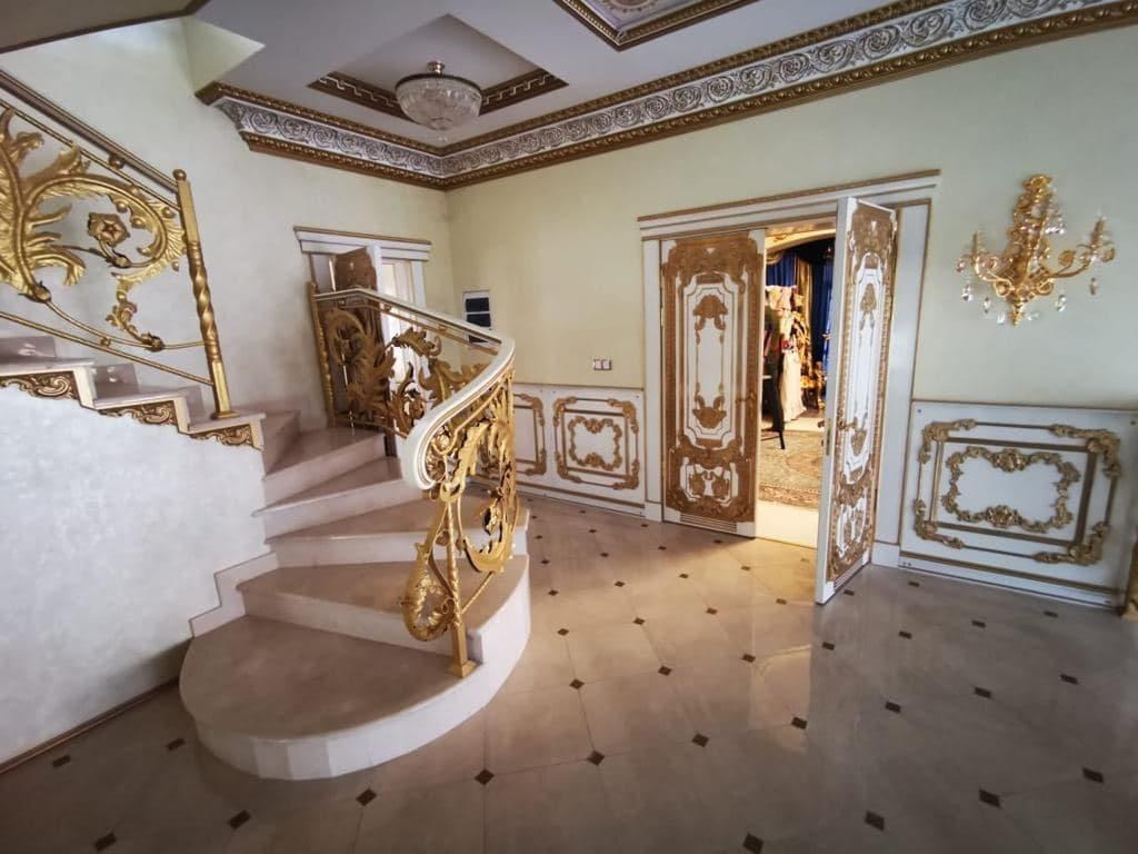 Фото Золотой унитаз, мраморные лестницы и картины с ангелами: как жил задержанный в Ставрополе начальник ГИБДД 2