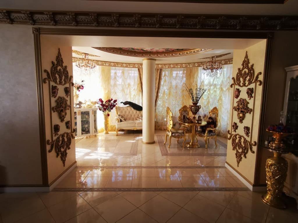 Фото Золотой унитаз, мраморные лестницы и картины с ангелами: как жил задержанный в Ставрополе начальник ГИБДД 3
