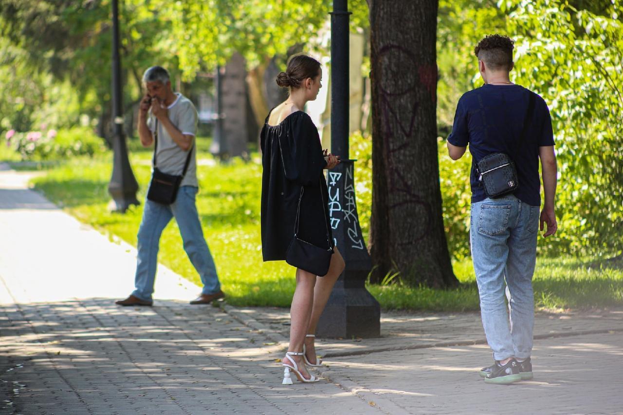 Фото Люди в чёрном: почему в 30-градусную жару новосибирцы носят тёмные вещи 2